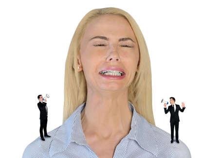 little business man: Aislado poco hombre de negocios gritando en mujer estresada