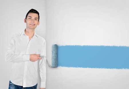 hombre pintando: Primer joven pintura del hombre en la pared