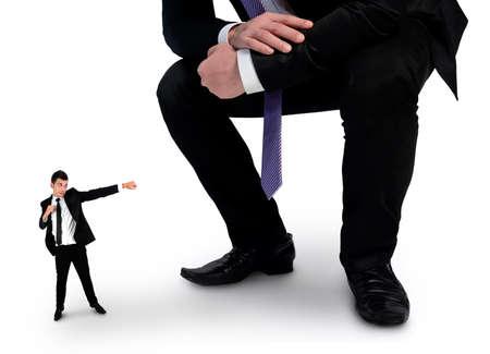 little business man: Aislado peque�o hombre de negocios que lucha con el jefe Foto de archivo