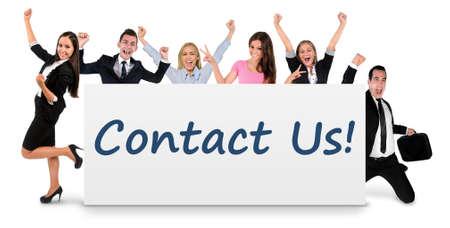 personas comunicandose: Póngase en contacto con nosotros la palabra escrito en la bandera Foto de archivo
