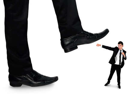 little business man: Pies aislados hombre aplastamiento peque�o hombre de negocios