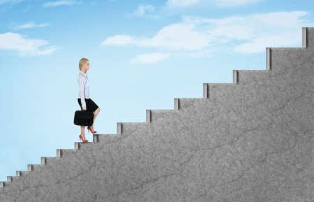 mujer con maleta: Escaleras joven mujer de negocios de ascenso al cielo