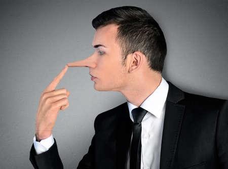 honestidad: Joven hombre de negocios concepto mentiroso