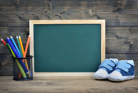 zapatos escolares: la junta escolar y cabrito zapatos en la mesa de madera