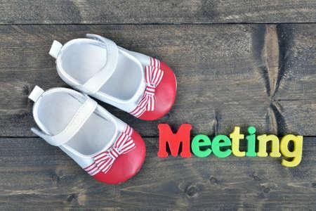 zapatos escolares: palabra de reuniones en mesa de madera