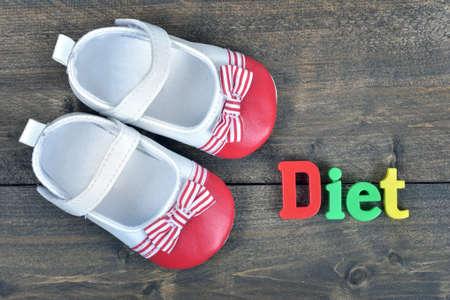 zapatos escolares: Palabra de la dieta en la mesa de madera Foto de archivo