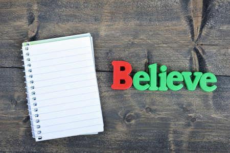 creer: Creer en la palabra de mesa de madera