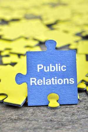 relaciones publicas: Pedazos del rompecabezas con la palabra Relaciones Públicas