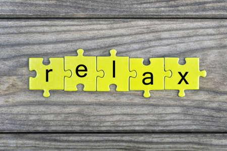 paciencia: Pedazos del rompecabezas con la palabra Relax Foto de archivo