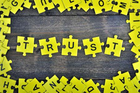 paciencia: Pedazos del rompecabezas con confiar en la palabra Foto de archivo