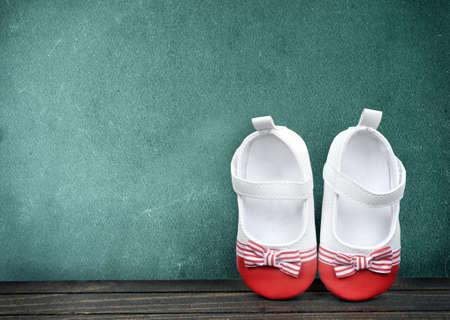 zapatos escolares: los zapatos del niño en la mesa de la escuela Foto de archivo