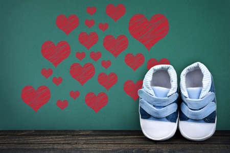 zapatos escolares: Concepto de amor en la mesa de la escuela y los zapatos del ni�o