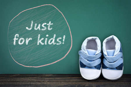zapatos escolares: Just for kids text on school table and kid shoes