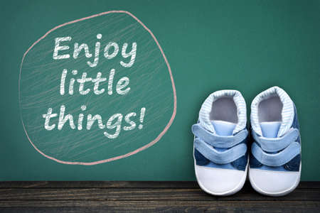 zapatos escolares: Enjoy little things text on school table and kid shoes