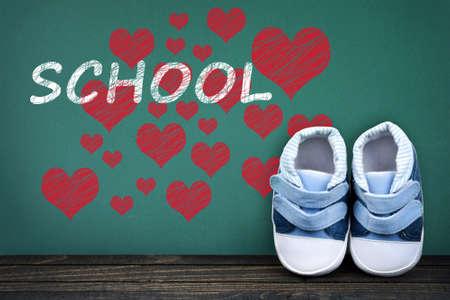 zapatos escolares: Escuela de texto de amor en la mesa de la escuela y los zapatos del niño Foto de archivo