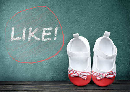 zapatos escolares: Like text on school table and kid shoes