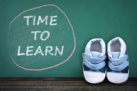 zapatos escolares: Time to learn text on school table and kid shoes