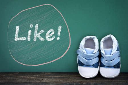 zapatos escolares: Al igual que el texto en la mesa de la escuela y los zapatos del niño