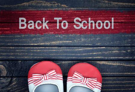 zapatos escolares: Volver al mensaje y cabrito zapatos de la escuela en suelo de madera
