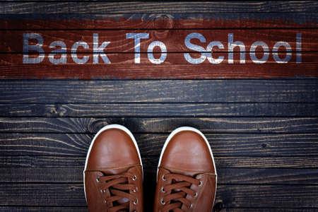 zapatos escolares: Volver al mensaje y zapatos de deporte de la escuela en suelo de madera