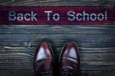 zapatos escolares: Volver al mensaje y la Escuela de Negocios de zapatos en el piso de madera