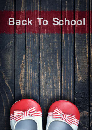 zapatos escolares: Back to School message and kid shoes on wooden floor