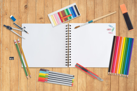 Blanco papier en hulpmiddelen van de school op hout background.copy ruimte