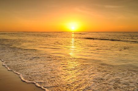 Strand en de zee zonsondergang in Thailand Stockfoto