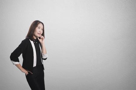 Asia Business mujer mirando y pensando en la pared en blanco para el texto y el fondo. Foto de archivo - 64337334