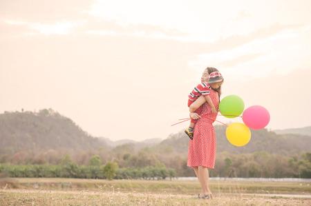 Una madre y su hijo en aire libre al atardecer Foto de archivo - 64332060