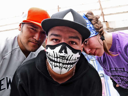 raperos: Retrato de raperos hispanos en la calle mirando de visor  Foto de archivo