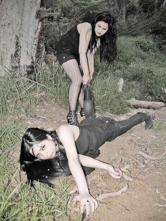 dominare: Una donna che trasportano la sua vittima nella foresta