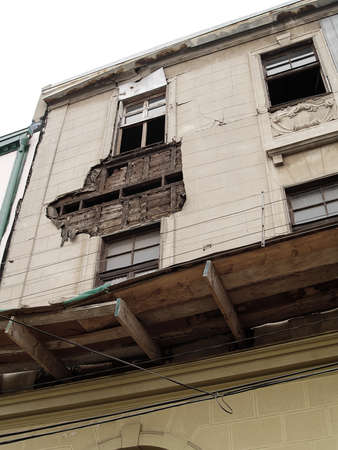 Effects of the Chilean earthquake of february 2010 in a facade of Valparaiso