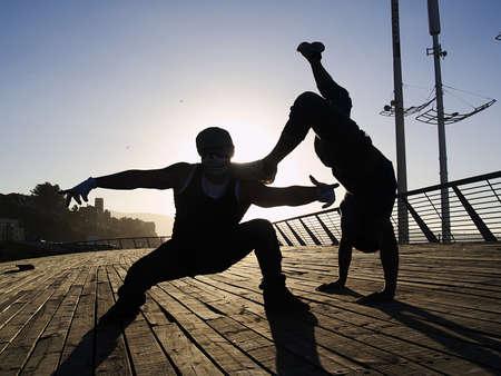 raperos: Siluetas de poses de dos raperos