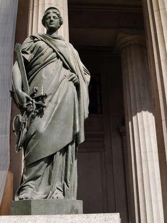 willekeurig: Standbeeld van Justitie in Valparaiso (Chili), op een openbare plaats. In dit geval is de Justitie niet blind, maar zien. Stockfoto