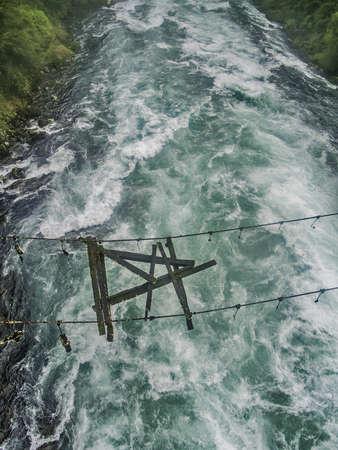 Houten brug over een rivier geruïneerd en gebroken