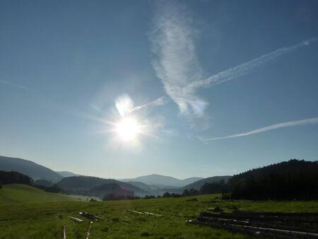 over the hill: La salida del sol del verano sobre la colina