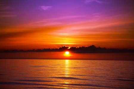 coucher de soleil: Beau coucher de soleil sur la plage.