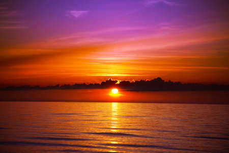 puesta de sol: Hermosa puesta de sol en la playa  Foto de archivo