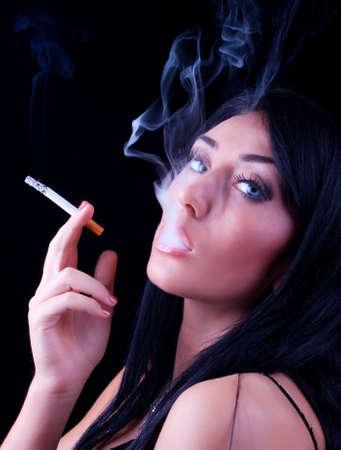 chica fumando: Retrato de mujer de fumar elegante. Fotograf�a de moda