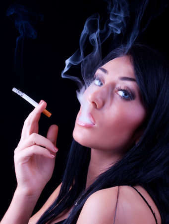 fumando: Retrato de mujer de fumar elegante. Fotograf�a de moda