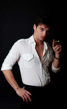 playboy: Portret van knappe man roken
