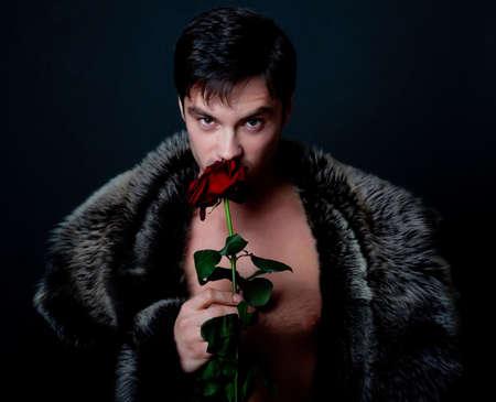 smell: Foto de hombre atractivo celebraci�n y con olor a rojo subi�