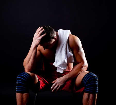 agotado: Foto de atlhetic apuesto hombre sosteniendo una toalla