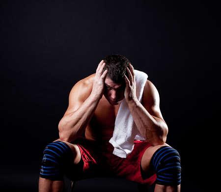 アスリート: 訓練の後疲れているスポーツマン