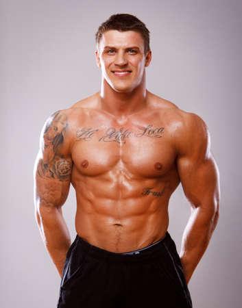 culturista: Retrato de hombre musculoso sexy posando en el estudio