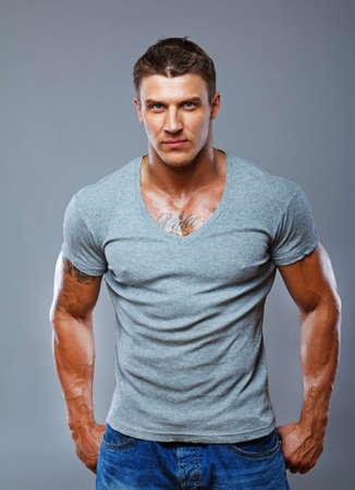 hombre fuerte: Un hombre guapo llevar algo de ropa informal