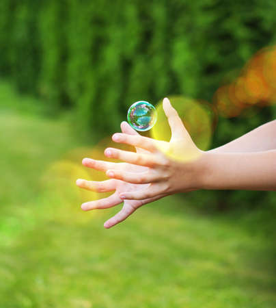 Retrato de las manos del niño va a coger el buble Foto de archivo