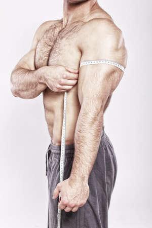 nudo maschile: Primo piano di uomo di misura il suo bicipite del braccio