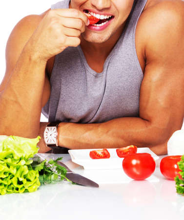 fitness hombres: Retrato de un hombre atractivo de comer en la cocina